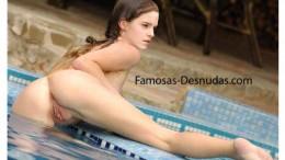 Famosa Emma Watson Desnuda fuera de la Piscina -Famosas-desnudas-hollywood-sex-follando-vagina-tetas-upskin-filtradas-cachera-fuck (2)
