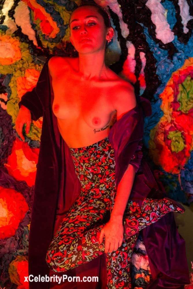 xxx Miley Cyrus Cantante Desnuda -fotos-famosas-hackeadas-filtradas-robadas-porno-celebridades (3)