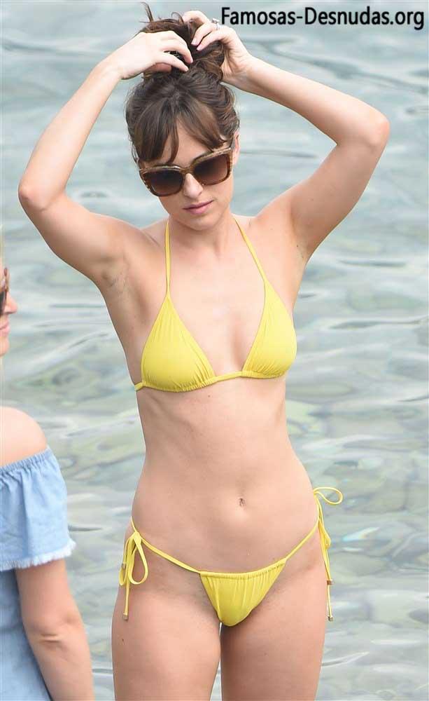 xxx Dakota Johnson Desnuda Mostrando las Tetas en la Playa -famosas-en-toplles-descuidos-tetas-vulva-porno-celebrity-porn-icelebrityporn (6)